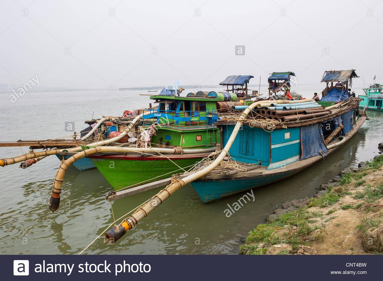 boats-used-in-gold-dredging-moored-on-the-ayeyarwady-river-in-mingun-CNT4BW.jpg